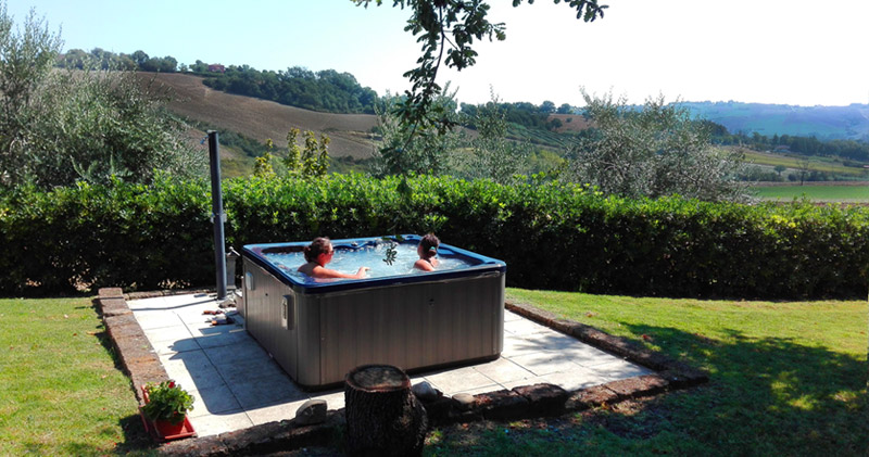 agriturismo con piscina e idromassaggio all 39 aperto colline marchigiane agriturismo angeli. Black Bedroom Furniture Sets. Home Design Ideas